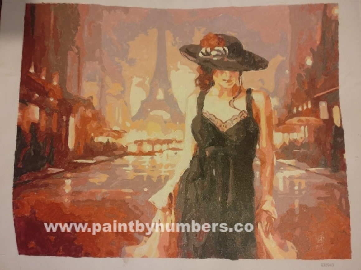 Woman in a back dress in Paris05